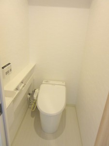 タンクレストイレを採用。手洗い器も付いています。